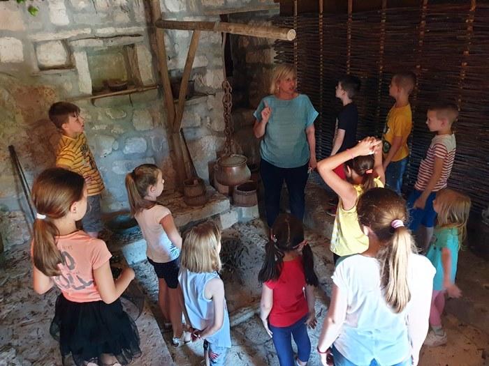 TREBINJE: 12. likovna kolonija okupila 30 učesnika – Selo Cerovac inspiracija za mlade umjetnike