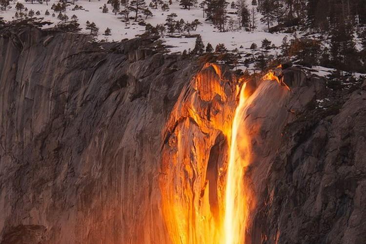 Vodopad koji se u februaru pretvara u zid vatre