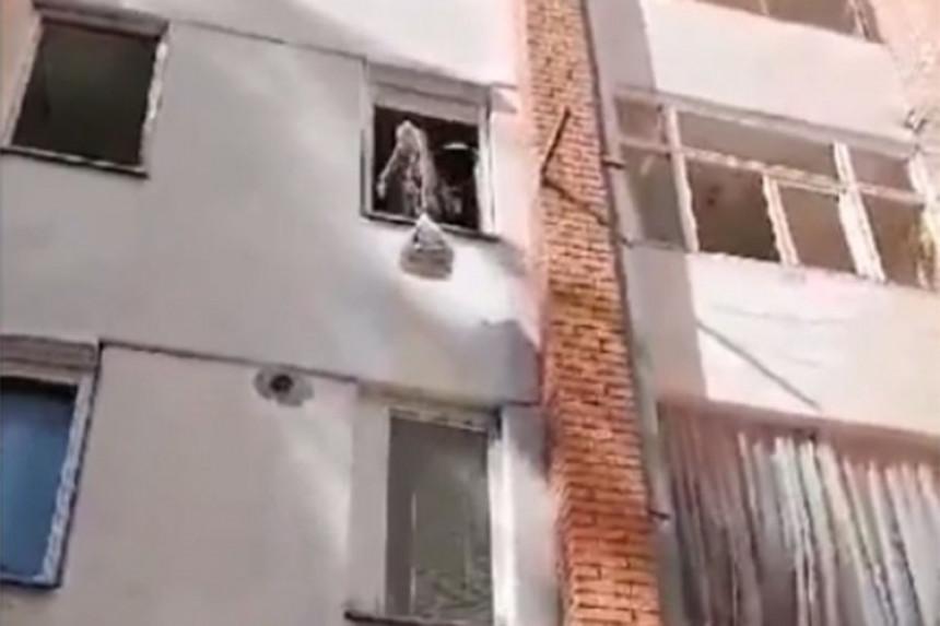 Namirnice dizao konopcem na treći sprat (VIDEO)