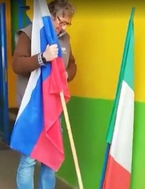 Italijan sklonio zastavu EU, na njeno mjesto postavio rusku: Hvala Putinu i Rusiji