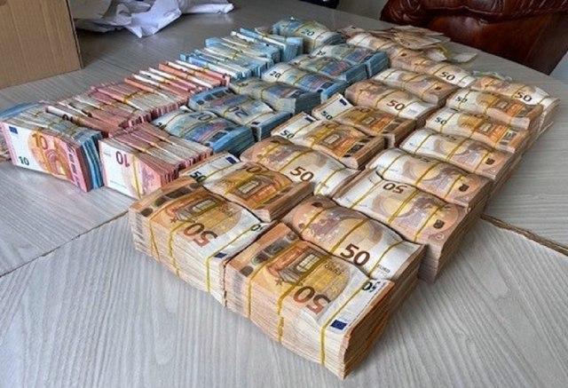 Nezapamćena količina novca zaplijenjena na graničnom prelazu sa Crnom Gorom FOTO