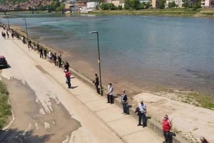 "Građani Goražda živim zidom rekli ""ne"" betonskom zidu na obali Drine"