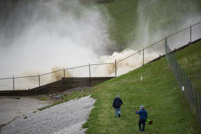 Pukle dve brane u SAD, katastrofalne poplave, evakuisano 10.000 ljudi, jezive prognoze