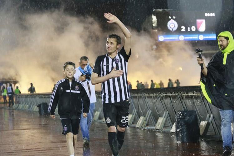 Kapiten se vraća, Saša Ilić sjeda u fotelju u Partizanu