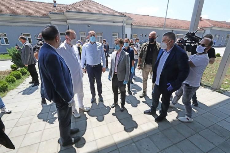 Brnabićeva i Lončar izviždani u Novom Pazaru, ljekari im okrenuli leđa