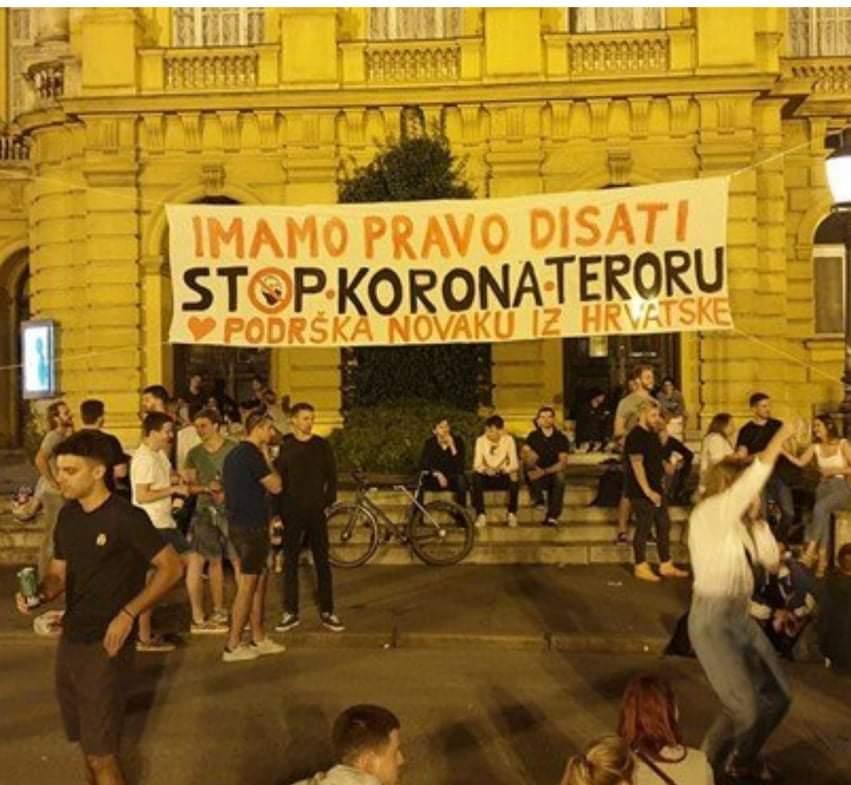 """Mladi u Zagrebu sinoć postavili transparent podrške Đokoviću: """"Stop korona teroru"""""""
