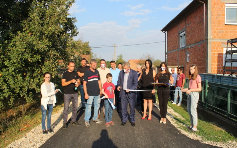 Svečanost u Batkoviću zbog 150 metara puta, gradonačelnik presjekao vrpcu
