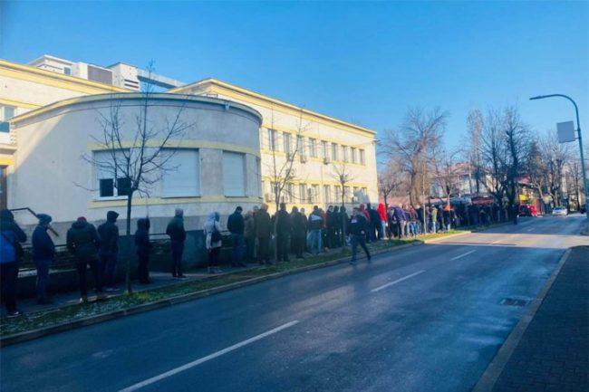 Ogromna gužva ispred Instituta za javno zdravstvo u Banjaluci