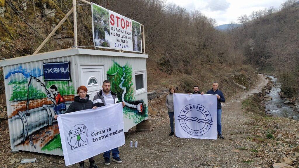 """Kuća za odbranu rijeka postavljena u mjestu Bukovica na rijeci Bjelavi u Foči: """"Dežuraćemo na rijeci i nećemo dozvoliti mašinama da prođu!"""""""