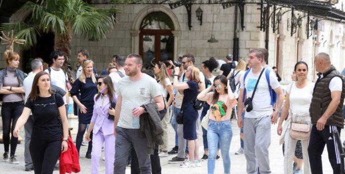 Veliki broj turista u gradu podno Leotara, među njima i poznate ličnosti