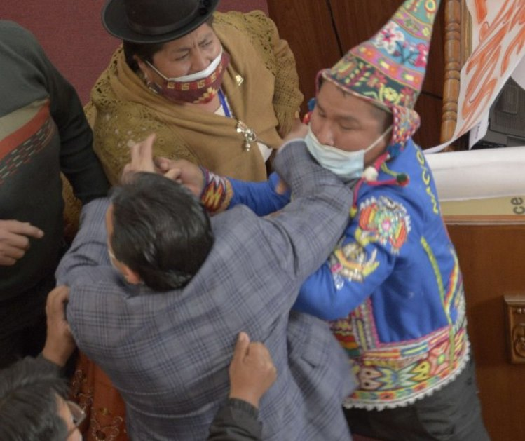 Metež u parlamentu: Potukli se poslanici, tuči se priključile i žene (VIDEO)