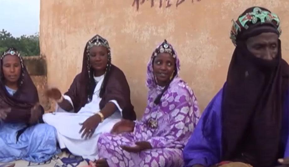 Muslimansko pleme u kome se muškarci pokrivaju, a žene imaju ljubavnike
