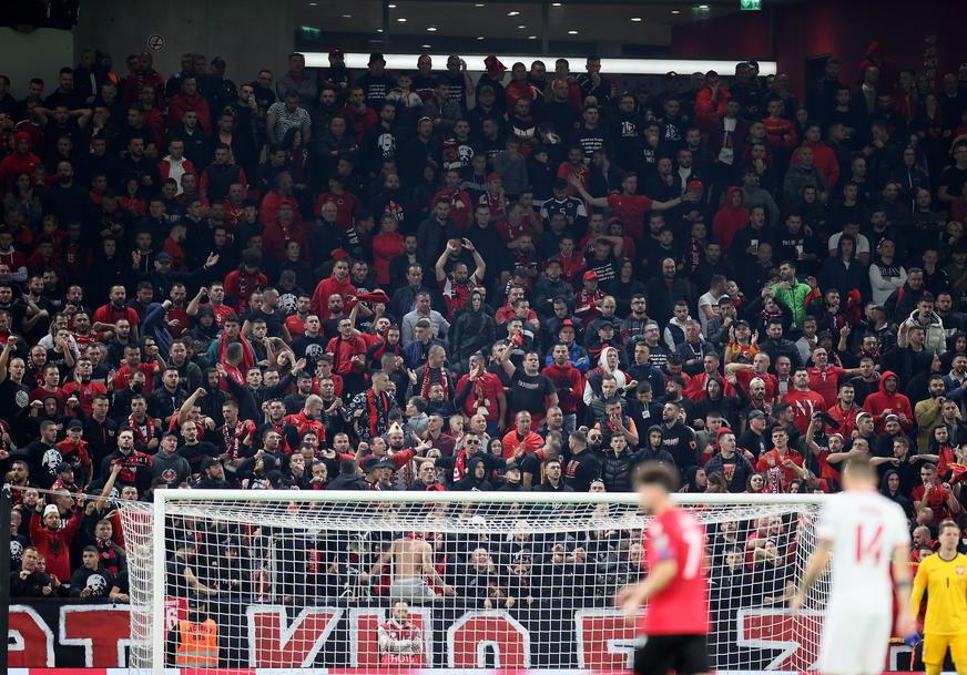 Albanski navijači gađali Poljake, meč bio prekinut (VIDEO)